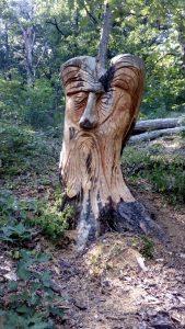 personnage en bois sculpté